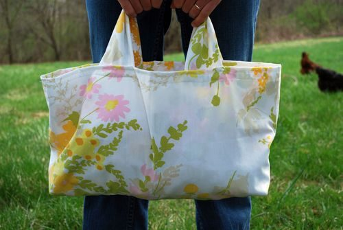 Don't you love reusing things? These pillowcase tote ideas make use of an item you probably have in your home. Make some for gifts, grocery shopping, or as inexpensive wrapping | PreparednessMama