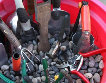 How to store garden tools in a bucket